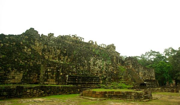 バプーオン遺跡の寝釈迦像 (カンボジア)