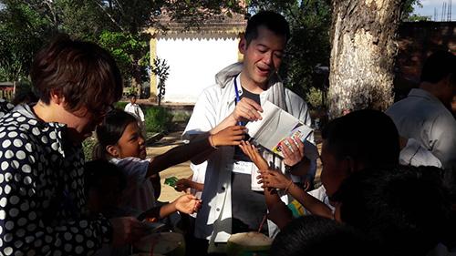 カンボジアの小学校で交流