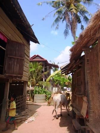 カンボジアの村の高床式住居