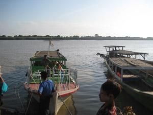 ミャンマー、イラワジ川をクルーズ